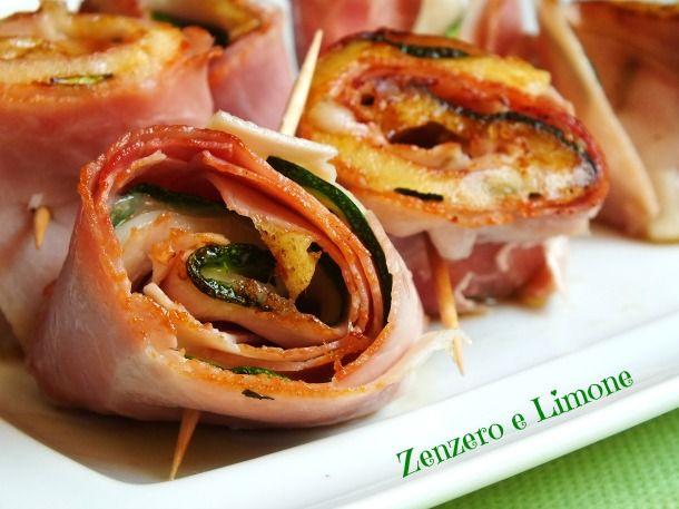 Golosi rotolini di prosciutto farciti con zucchine grigliate e provolone dolce. Facilissimi da preparare, si cuociono in pochi minuti su una piastra calda.