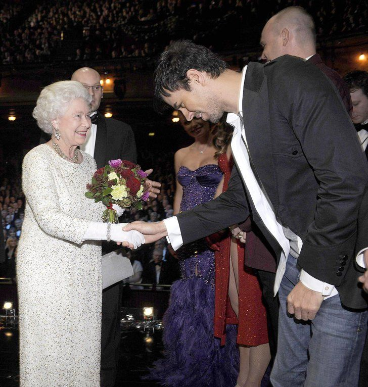 Pin for Later: Célébrités et Famille Royale, Lorsque Deux Mondes Se Rencontrent  Enrique Iglesias a rencontré la Reine Elizabeth II lors de la Royal Variety Performance de Liverpool, en Décembre 2007.