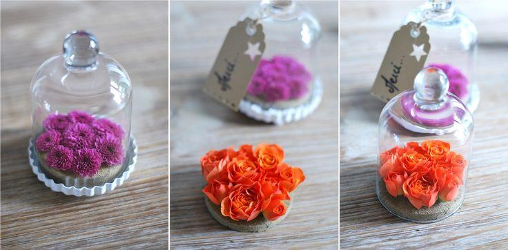 Décoration de table : fleurs dans des cloches à pâtisserie