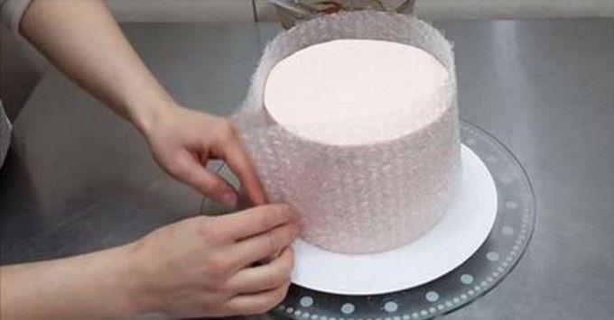 Kiváló ötlet tortadíszítéshez csokoládéval, buborékfólia segítségével