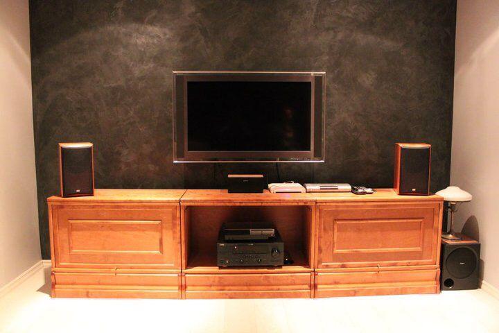 Tv-huoneen takaseinään asennettiin Rivedil Sinfonia Silver mustana.