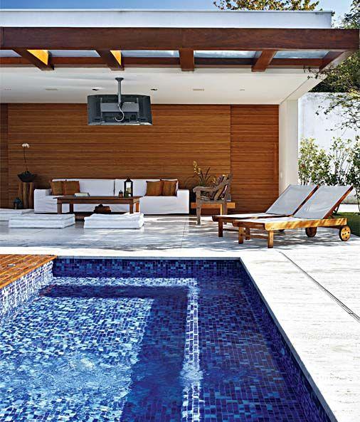 Madeira, vidro e pedra marcam esta casa voltada para a área de lazer - Casa gostei de conexão espaço de descanso e piscina.