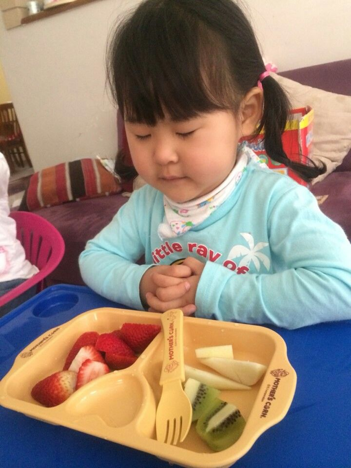 """""""Dear God, thank you for strawberry, kiwi and apple"""" // Mini Hearty Plate"""