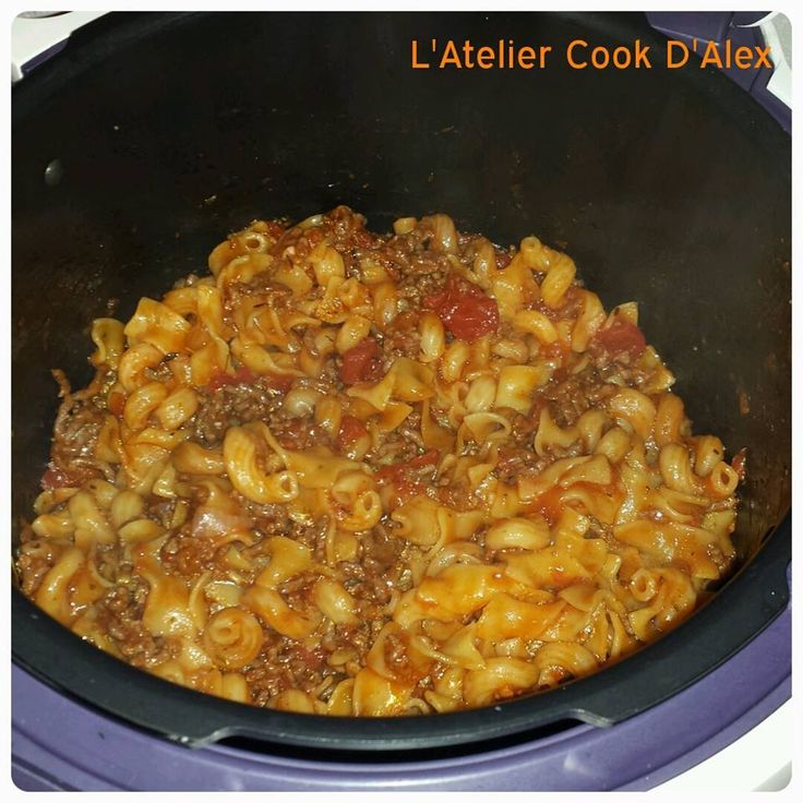 Votre panier - 500g de viande hachée - 2 échalotes - 1 gousse d'ail - 2 boîtes de tomates pelées - 450 g de pâte cru - 500g d'eau - Sel, poivre - 2 morceaux de sucre (pour adoucir l'acidité des tomates) - épices (ici origan et herbes de Provence) Préparation...