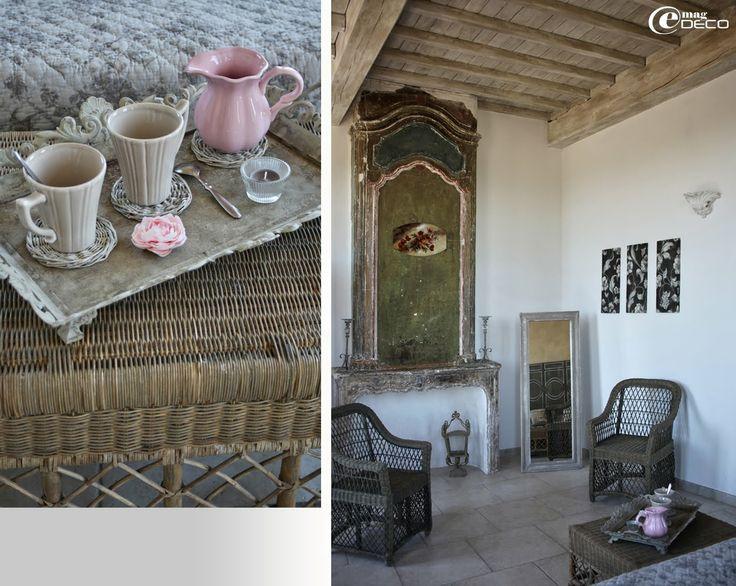 Plateau Pomax, tasses à thé Table Passion et ancienne cheminée avec trumeau peint du XVIIème siècle