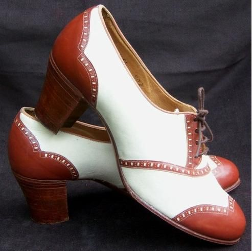 Spectator pumps are high heeled shoes that have two contrasting colors normally at the toe and heel. These types of shoes were popular in the 1920s and 30s.