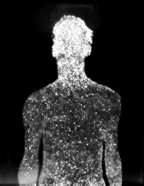 Op deze afbeelding is het silhouet van een lichaam, waarschijnlijk een mannenlichaam, te zien in verscheidene lichtjes.