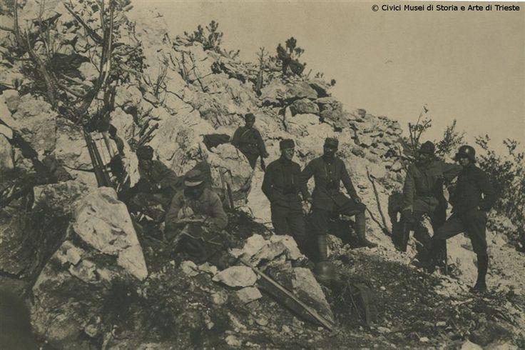 Soldati austro-ungarici occupano le posizioni sull'Altopiano della Bainsizza alcuni giorni dopo la fine dell'Undicesima Battaglia dell'Isonzo