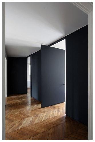 Porta modelo pivotante em madeira preta