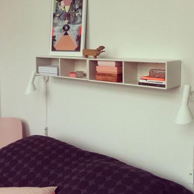 Super fint med de aflange kasser som forhøjet sengeborde. Det giver også plads til at der eks. kan stå en lækker stol ved siden af sengen.