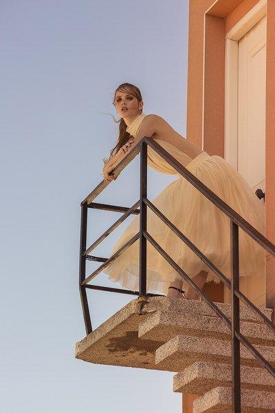 vestido de novia dos piezas body con espalda descubierta y escote halter. falda new look tejidos naturales