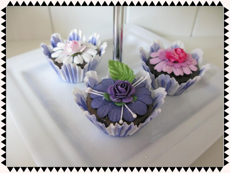 Brocante petit fourtjes  Vrolijke brocante nep petit fourtjes. Bovenop met bloemen in de kleurstellingen roze, wit of lila. De petit fours zitten in een lila tulpvormig papieren vorm.  Handgemaakt.  Let op: Dit artikel is geen speelgoed of voedsel.