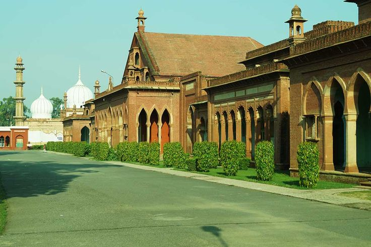Founded by Sir Syed Ahmad Khan as Mohammedan Anglo-Oriental College. It became Aligarh Muslim University in 1920. Alumni are referred as Aligarian.