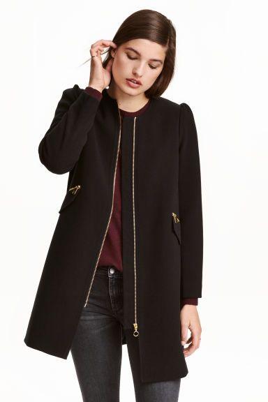 Manteau court: Manteau court en tissu armuré avec manches bouffantes. Modèle avec fermeture à glissière et poches zippées soulignées d'un rabat décoratif devant. Pli creux dans le dos. Doublé.
