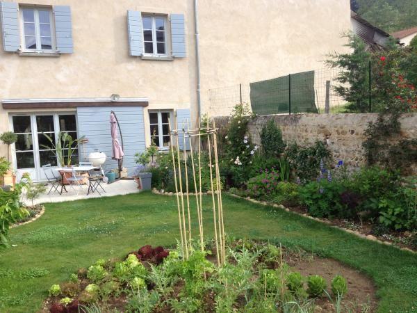 Terrasse massif le long du mur avec lupin potager for La maison du massif
