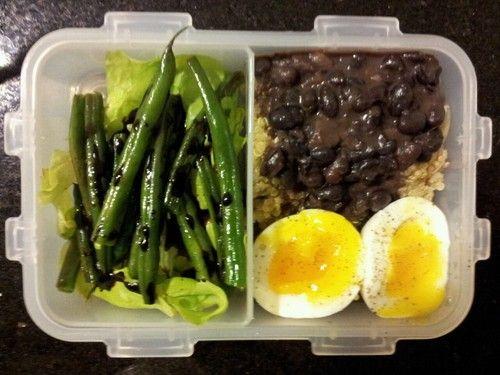 Quinoa, feijão preto e ovo cozido com salada de alface, vagem francesa grelhada e redução de balsâmico.