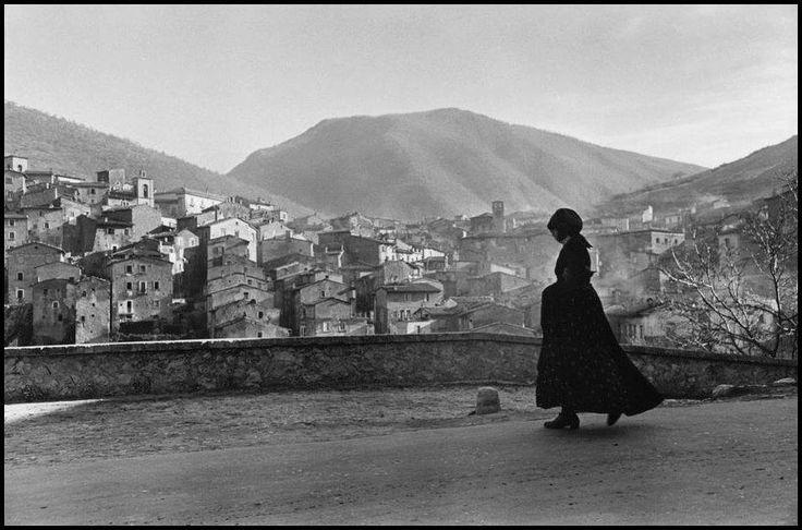"""Nel 1951, Henri Cartier-Bresson realizzò, a Scanno (Aq), un numero di 27 (ventisette) scatti fotografici. Henri Cartier-Bresson è stato un grande fotografo di nazionalità francese. E' considerato un pioniere del foto-giornalismo, tanto da meritare l'appellativo di """"occhio del secolo"""".  #Abruzzo #travel #italy #abruzzosegreto #SecretOfAbruzzo #laquila #photography #Ashby #SecretOfAbruzzo #history #Cartier #Bresson #Scanno"""