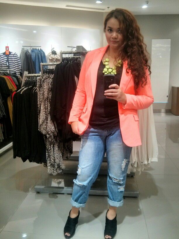 Neon blazer and neon bubble necklace. My kind of casual day. #curvyfashion #plussize #plusfashion
