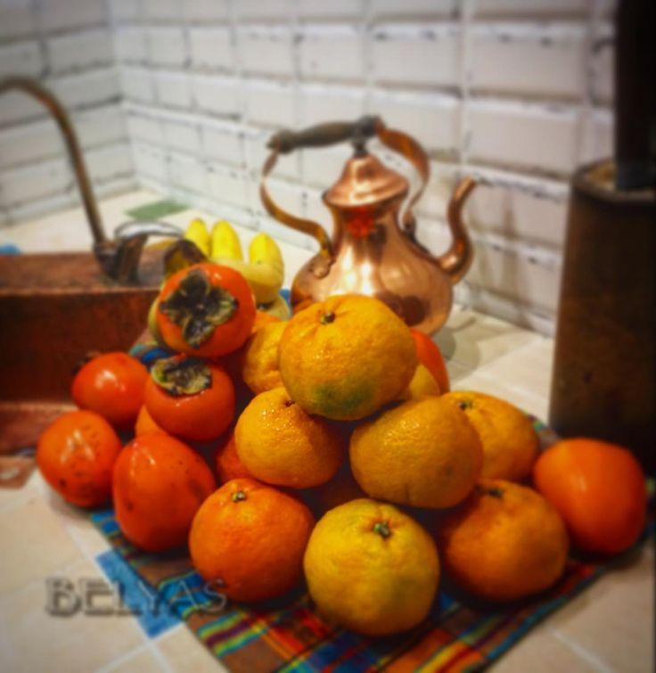 Самый яркий сезон!!! #мандарины #хурма #хурмавяжетрот #чайник #медь #кожа #рушник #фрукты #кафель