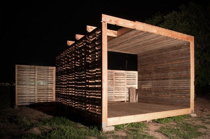 repurped pallet patio ... wow - kind of puts all the other repurposed pallet projects to shame! :)  I want one!