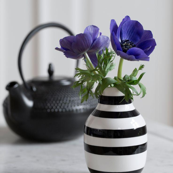 De populære Omaggio vaser fra Kähler, fås i 4 størrelser. Mange elsker de klassiske keramik vaser med de håndmalede striber. Lad Omaggio vasen tale for sig selv som et stærkt design statement, eller miks den på kryds og tværs med andre af seriens vaser og skåle til en anderledes helhed af striber, former og farver.
