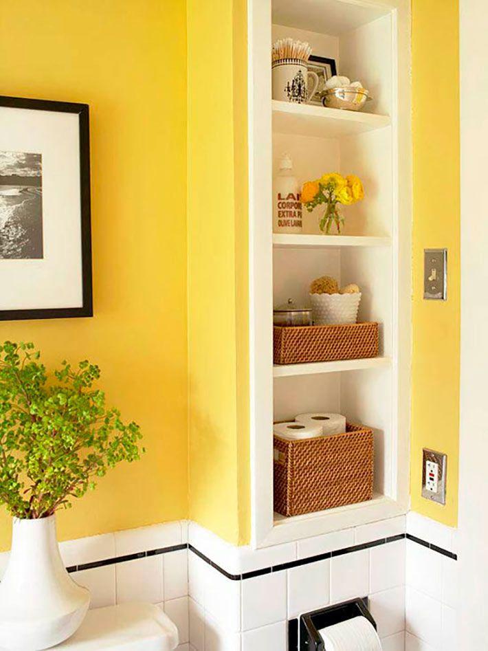 Желтые стены ванной комнаты с удобной нишевой полкой