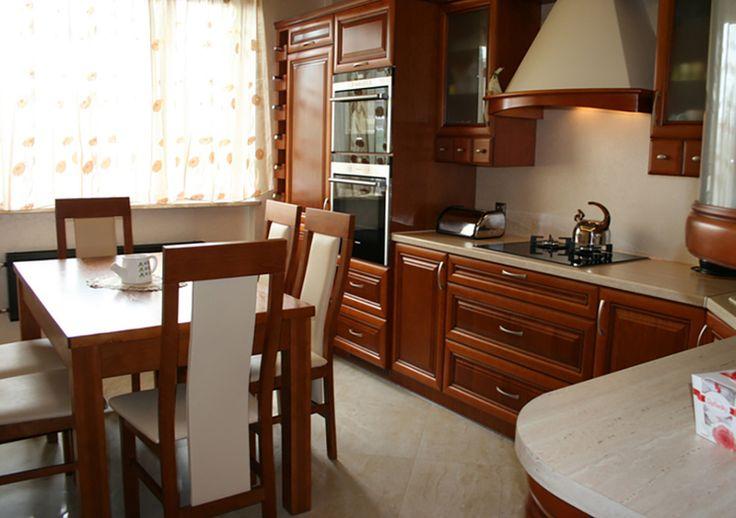 Studio AK DREWNO W KUCHNI Kuchnia w klasycznym stylu. Połączenie ciemnego drewna z beżowymi dodatkami.