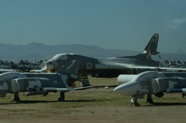 B-1B in ontmanteling. Ooit de schrik van de Sovjet-Unie, nu een bron van onderdelen. Op de voorgrond twee phantoms.