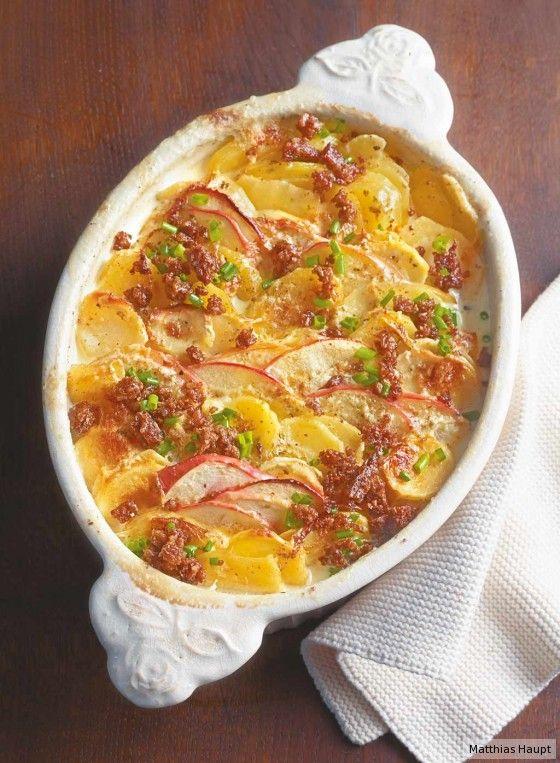 Das passt prima: Das Pastinaken-Kartoffel-Gratin verfeinern wir noch mit Apfelscheiben und Schnittlauch – lecker!