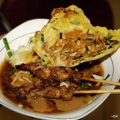 MIE ONGKLOK (makanan khas Wonosobo jawa tengah)  Mi Ongklok (bakmi ongklok) adalah makanan khas Kabupaten Wonosobo berupa mi rebus yang dibuat dengan racikan khusus menggunakan kol, daun kucai, dan kuah yang disebut loh. Paling pas disajikan hangat bersama sate  sapi dan tempe kemul. makanan yang cocok dinikmati kala pagi, siang dan malam, kalau datang ke wonosobo jangan lupa mencobanya.  Beberapa pedagang mi ongklok yang terkenal adalah mi ongklok Longkrang, mi ongklok Pak Muhadi di…