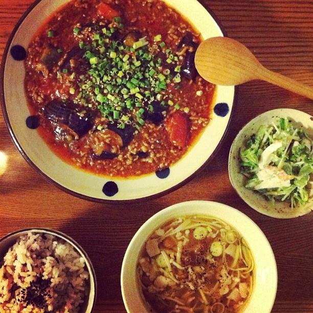 久々にちゃんとしたご飯。外食続きだったからうちご飯はほっとする♪トマト麻婆茄子、水菜とレタス・竹輪の白和え風サラダ、いろいろキノコの酸辣湯。 - @dnao | Webstagram