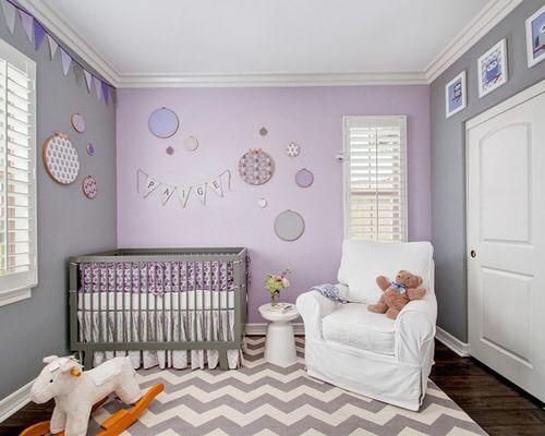 Graue Wände mit lila Akzentwand – Kindergarten