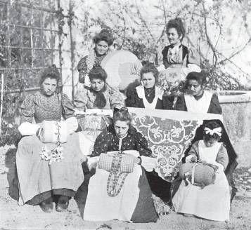 Gruppo di merlettaia della scuola della Contessa Cora Slocomb, Torreano di Martignacco (Friuli)