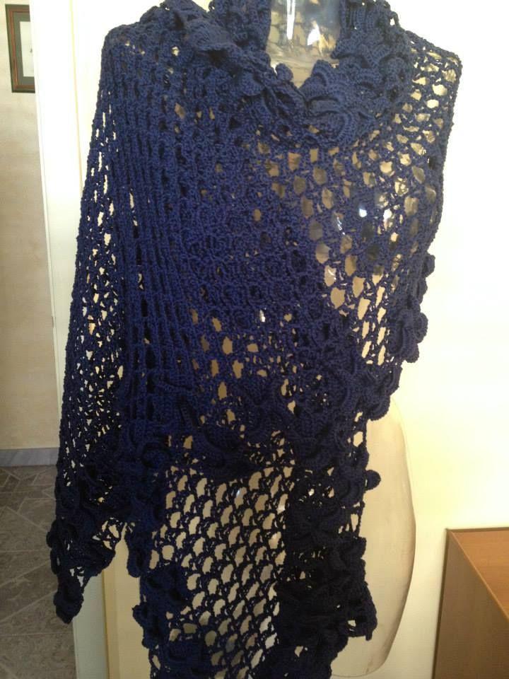 stola in cotone di colore blu lavorata ad uncinetto
