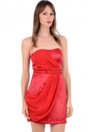 Rød tube kjole med innsydd belte i livet og glidelås lukking bak. Kjolen er lårkort og stropp løs med et dekorativt chiffon stykke hengende foran.