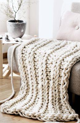In diese kuschelige Decke aus Merinogarn, kannst Du Dich gemütlich einpacken und so den Winter in vollen Zügen genießen. Ein Glück, dass Anette von Lebenslustiger eine Strickanleitung für dieses heimelig, warme Wohnaccessoire vorbereitet hat.