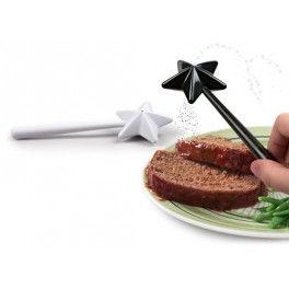 Magic Wand S&P shaker Nr. Kat.: FR1917  Lubisz czarować w kuchni? Przyrządzać magiczne dania? Pozwól sobie na chwilę zapomnienia i poczuj się ja wróżka, która swoimi magicznymi różdżkami sprawia, ze każde danie nabiera bajecznego smaku!