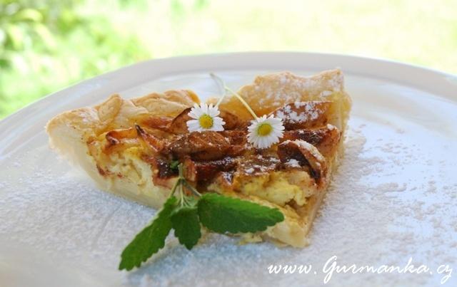 jablečný koláč se skořicí a vanilkovým krémem