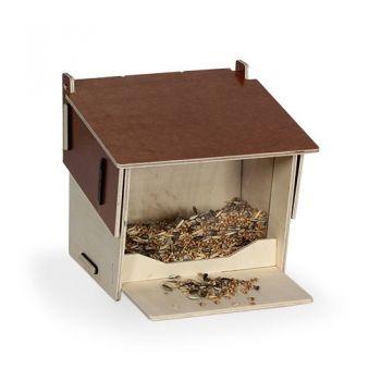 Unser Futterhaus ist bestens dafür geeignet die Vögel bei Bedarf das ganze Jahr über zu füttern. Durch die Klappe lässt es sich einfach befüllen, das Futter bleibt sauber und trocken.