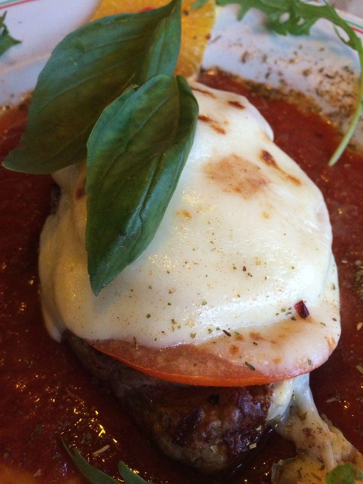 Hüftsteak vom Rind überbacken mit Tomate und Büffelmozarella