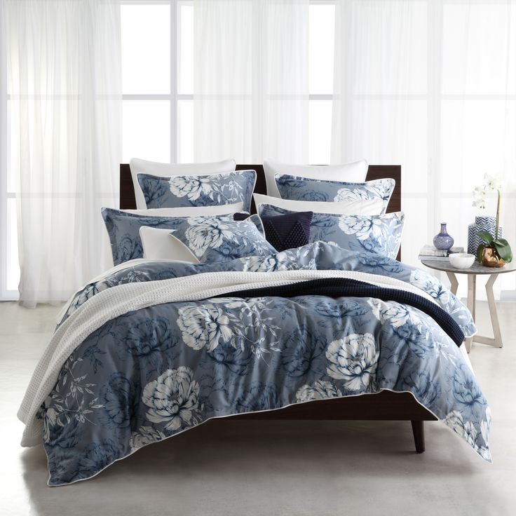 Phoebe Ink blurs the distinction between the classic floral and contemporary art, to stunning effect. Large scale flowers, stylised in inky silhouettes accede to white, the contrast striking a balance between light and dark. The self-flanged edges piped in white, complete the look #privatecollection #legendlinen