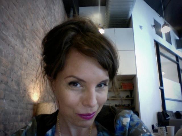 Fashion Blogger Jennine Jacob masters the messy beehive!