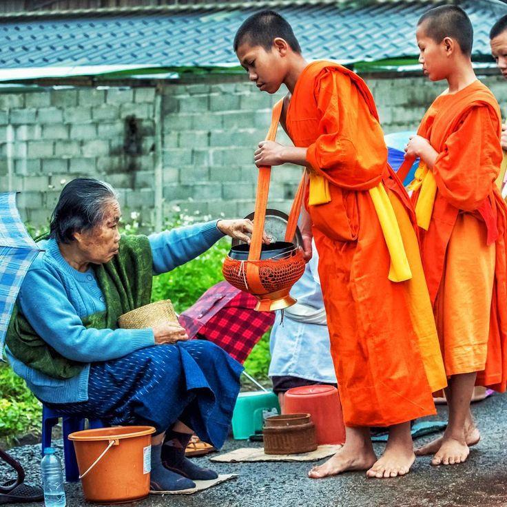 "47 Me gusta, 5 comentarios - Mike Pollock (@traveltoasiaandback) en Instagram: ""Morning alms rounds, Luang Prabang, Laos #asia #laos #luangprabang #everdayasia #everydaylaos…"""