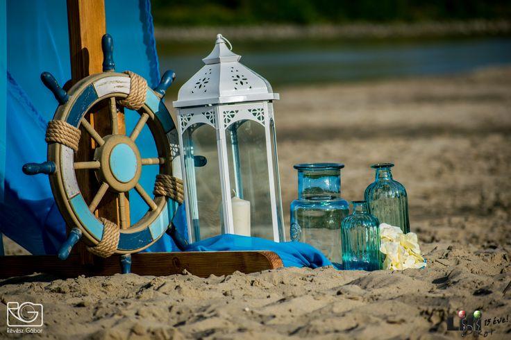 Az  # üveg kiegészítők, főleg kékben, visszahozzák a  dekorációban a víz színét.