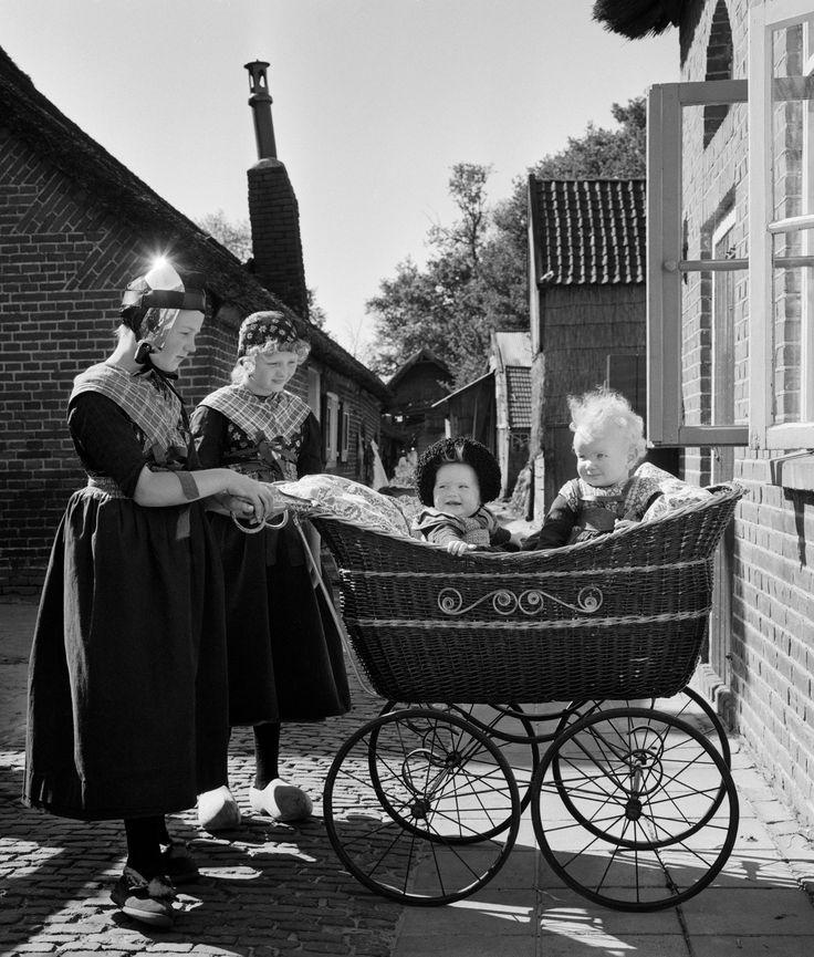 Kinderen in klederdracht met kinderwagen, Staphorst (1950-1960) #Overijssel #Staphorst