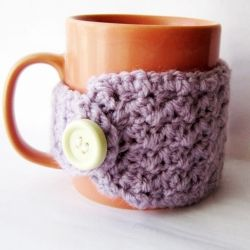 A very easy and quick pattern for begginer crocheters. Make this cute mug cozy in 30 minutes! Makes a super fun gift too!