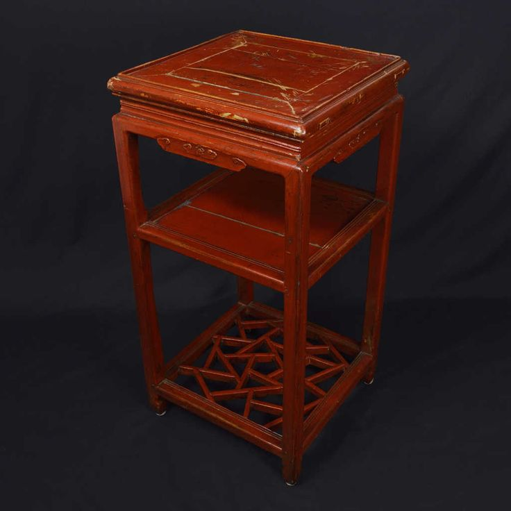 Tea table in red lacquered elm wood. Origin: China. Period: late nineteenth century. Size: 40 x 40 x 80 (H) cm