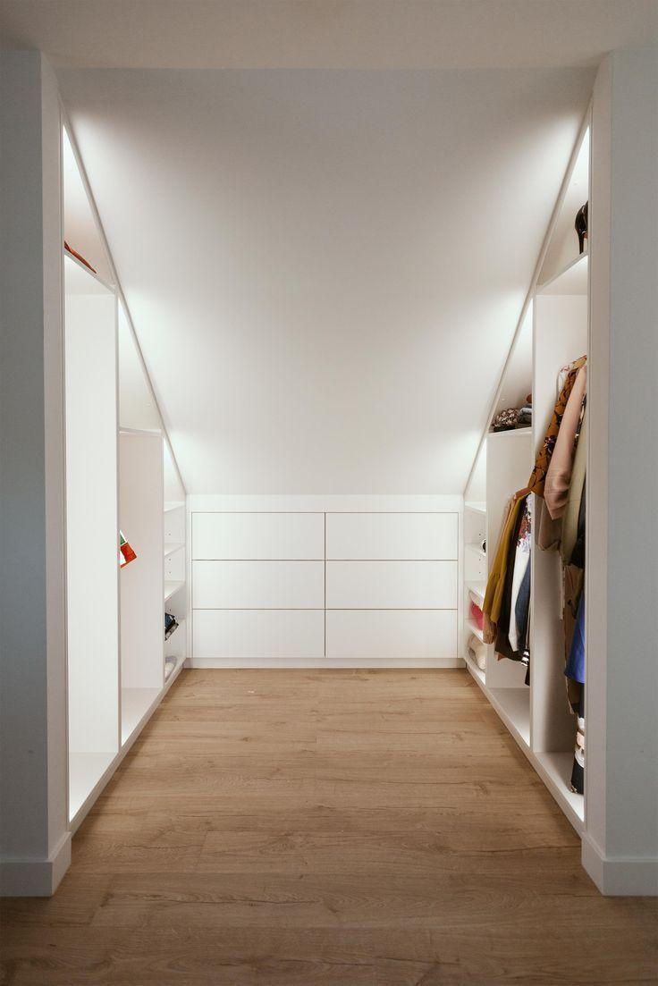 Begehbarer Kleiderschrank Unter Einem Schragen Dach Mit Indirekter Led Beleuchtung Frauen Kleid In 2020 Walk In Closet Bedroom Lighting Home