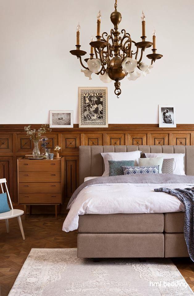 Onze boxspring met het statige hoofdbord Stringendo in de stofkleur Mine 51 Kaki past perfect in een klassieke slaapkamer.