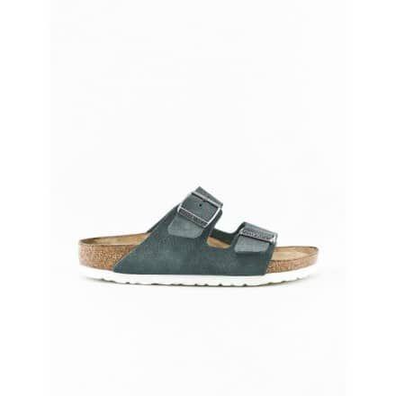 """BIRKENSTOCK Classics  · Eine Trend-Sandale · Das Klassiker-Modell """"Arizona""""  · In natürlicher Wildleder-Optik · Verstellbare, silberfarbene Schnallen · Sowie seitlich mit dunkler Logoprägung · Grundfarbton ist ein dunkles Steingrau · Weiße Gummisohle und Softbed-Fußbett  · Obermaterial: Leder, Decksohle: Leder, · Fußbett mit einem Kork-Latex-Kern · Laufsohle aus EVA-Kunststoff · In schmaler Passform"""
